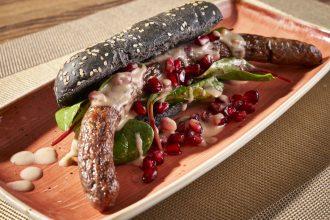Wildschwein-Hotdogs mit Granatapfel-Käse-Soße