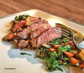 Entrecôte mit warmen Rucola-Bacon-Salat